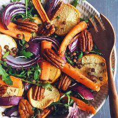 / Lunch time  Roasted veggie salad made of green lentils, arugula, roasted carrots, golden turnips and red onion with maple roasted pecans  Bon appétit!  À table  Salade de légumes grillés avec des lentilles vertes, de la roquette, des navets boule d'or, des carottes et de l'oignon rouge rôtis, avec des noix de pecan caramélisées au sirop d'érable  Bon appétit!  #plantbased #plantpowered #plantbaseddiet #letscookvegan #bestofvegan #yuminthetumrepost #foodie_features #salad #h