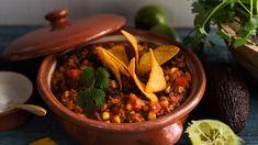 Chili sin carne on tuhti ja lämmittävän mausteinen kasvisruoka. Tarjoile lisänä ranskankermaa sekä nachoja tai keitettyä riisiä. Quorn, Delicious Vegan Recipes, Hummus, Beef, Cooking, Vegan Food, Chili Con Carne, Lasagna, Red Peppers