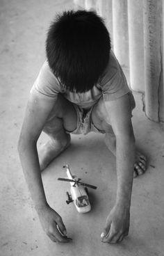 Xe tăng, máy bay, súng ống... là những đồ chơi ưa thích của trẻ em Việt Nam thời hậu chiến.1980