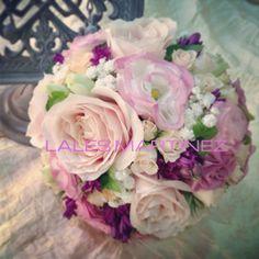 Ramo de novia con rosas, lisianthus, jacintos y pequeños grupos de paniculata
