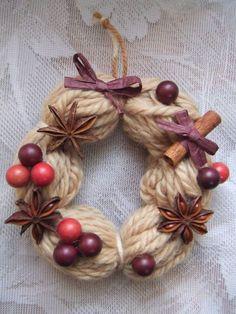 毛糸の小さなドーナツリースに可愛く装飾しました。お部屋に飾ったりちょこっとしたギフトにもご利用いただけます。クリスマス・お正月用に可愛いドーナツリースをお部屋に飾りませんか?■ メッセージカード(無料) 「備考」に メッセージ内容をご記入下さい。花材 毛糸・スターアニス・ピック・ラフィア・他サイズ:約横12cm・奥行12cm