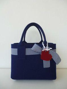 Bezaubernde Handtasche aus 3 mm starkem, hochwertigem Wollfilz mit eingezogener Vichy-Schleife und Anhänger.  Die schöne Filztasche in einem nicht zu kleinen un