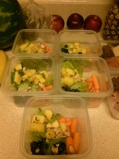 Cena! 1 rodaja piña 10 pedasitos zanahoria  2 hojas de lechuga 7 berries 1 pechuga de pollo azada