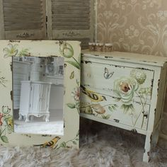 Distressed Cream Mirror and Chest of Drawers Funky Painted Furniture, Paint Furniture, Furniture Projects, Furniture Decor, Shabby Chic Drawers, Vintage Drawers, Shabby Chic Decor, Dressing Table Vanity, Ideas