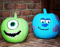Disney Painted Pumpkin idea Monsters Inc with Mike and Sully Try one of these Disney painted pumpkins to wow your neighbors this Halloween! Disney Halloween, Theme Halloween, Diy Halloween Decorations, Halloween Pumpkins, Fall Halloween, Halloween Crafts, Halloween Labels, Halloween Halloween, Halloween Makeup