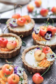 Vegan Desserts, Dessert Recipes, Health Desserts, Cheesecake Tarts, White Chocolate Cheesecake, Vegan Chocolate, Blueberry Chocolate, Snacks Für Party, Clean Eating Snacks