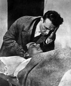 El torero Ignacio Sánchez Mejías llora la muerte de Joselito en la enfermería de la plaza de toros de Talavera de la Reina (Toledo) el 16 de mayo de 1920.