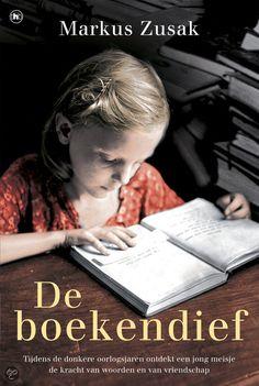 Markus Zusak - De boekendief | House of Books 2013, 560 pagina's | Duitsland, 1939. Liesel is pas negen jaar oud wanneer ze door haar moeder naar een pleeggezin wordt gebracht. Een van haar geliefde bezittingen is een zwart boekje, dat ze vond op het graf van haar broertje. In de jaren dat Liesel bij de Hubermanns woont, wordt ze een gewiekste boekendief. | http://www.bol.com/nl/p/de-boekendief/9200000009985116/