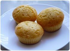Hozzávalók (12 db-hoz): 14 dkg kukoricaliszt 2,5 dl tej 8 dkg vaj 1 tojás 2 tk méz 15 dkg finomliszt 9 dkg cukor 1 púpos tk sütőpor 1 csapott tk só Elkészítés: A kukoricalisztet keverjük csomómente…