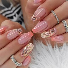 If you want your nails to attract people's attention, glitter nail art design is the most direct way. The glitter nail design is easy to make, just add a little gradient sequins to the nails. Whatever the color of the nails, the addition of small seq Fancy Nails, Pink Nails, Cute Nails, Girls Nails, Fabulous Nails, Gorgeous Nails, Hair And Nails, My Nails, Best Acrylic Nails