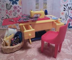 Renwal SEWING MACHINE Plasco CHAIR Vintage Tin Dollhouse Furniture Plastic 1 :16