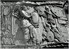 La Vittoria ad ali spiegate, con due trofei di armi ai lati, scrive su uno scudo i successi di Traiano http://zibalbar-foto.overblog.com/2014/07/fotografarefotografie.html