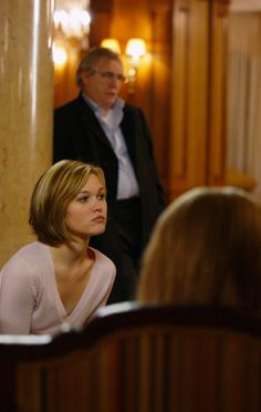 """Brian Cox and Julia Stiles in """"The Bourne Supremacy"""" Short Bob Hairstyles, Pretty Hairstyles, Julia Stiles Hair, Long Graduated Bob, 90s Haircuts, Short Hair Cuts, Short Hair Styles, Bourne Supremacy, Jason Bourne"""