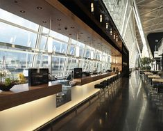 Detail Design , a Swiss company that specializes in retail and restaurant design, created the Center Bar at the Zurich Airport. Rooftop Restaurant, Restaurant Design, Airport Design, Office Bar, Modern Cafe, Airport Lounge, Hospitality Design, Commercial Design, Layout Design