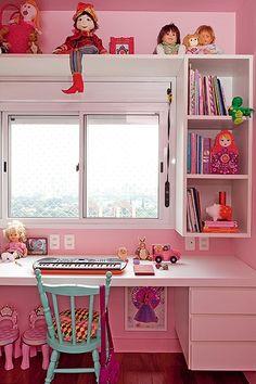 No quarto de Sofia, filha da designer Ana Morelli, predomina a cor rosa em todas as paredes e no teto. A marcenaria branca deixa o canto de estudo mais neutro