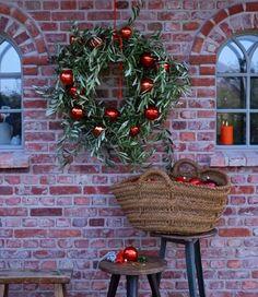 Geschmückter Kranz – Bild 22 – The Best DIY Outdoor Christmas Decor Christmas Porch, Christmas Mood, Outdoor Christmas Decorations, Christmas Crafts, Holiday Decor, 242, Holiday Wreaths, Celebration, Diy Christmas Decorations