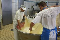 """The cheese master give birth to the """"twin"""": it will be 2 wheels of Parmigiano Reggiano"""