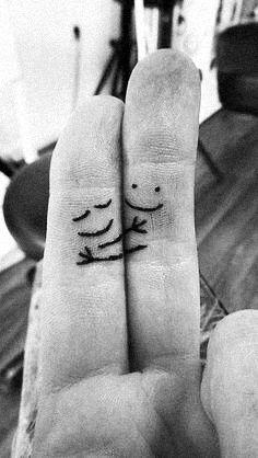 finger hug tattoo : If I ever get a tattoo, it'll be this one :D Tiny Tatoo, Tattoo Small, Tattoo Casal, Herren Hand Tattoos, Art Couple, Couple Tat, Paar Tattoos, Fingers Design, Cool Tats