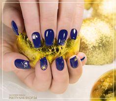 #darkblue   #snowflake   #nailart   #nails   Dunkelblaue, hochglänzende Fullcover mit goldenen Schneeflöckchen passen perfekt zu Weihnachten und bilden eine schöne Alternative zu klassisch roten Nägeln. Welche Farben favorisiert Ihr dieses Jahr? Eure Martina