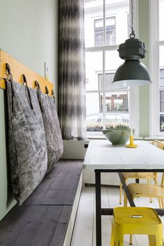 Leuk idee, hang kussens op voor een zachte leuning.