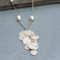 Upcycled #jewelry - Make a #BubbleWrap necklace by #ironing old bubble wrap together!