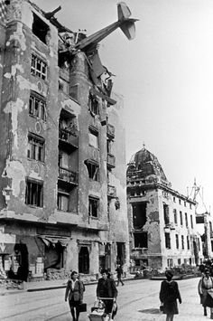 Berlin 1945 -A plane hangs from the top of a five-story-building - Aircraft design Germany Area, Germany Ww2, Ww2 Photos, History Photos, Berlin 1945, Military Pictures, War Photography, Aircraft Design, Oise