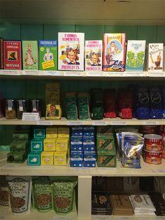 Seção de mercearia da loja A Vida Portuguesa. Crédito: Flávia Motta