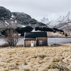 Cabin house in the Lofoten Islands, Norway Lofoten, Ideas De Cabina, Holidays In England, Cabin In The Woods, Cabins And Cottages, Log Cabins, Tiny House Plans, Cabin Homes, Log Homes