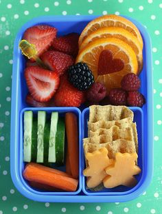 Bento: the japanese art form of creating boxed lunches that are a feast for the eyes as well as the palate. Boxed lunches at the next level! Cute Snacks, Cute Food, Good Food, Yummy Food, Lunch Box Bento, Lunch Snacks, Healthy Snacks, Bento Kids, Kids Lunch For School