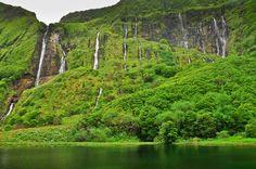 Wasserfälle stürzen in den Poco da Alagoinha, Flores, Azoren, Portugal