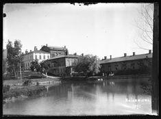 Kaisaniemen joutsenlampi. Oikealla Hotel Wilhelmsbad, hotelli ja kylpylä. Kansallisgalleria Hugo Simberg 1891.