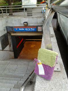 Esperando su siguiente lector a la entrada del metro.