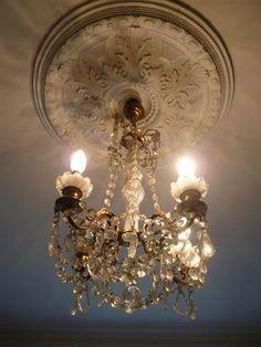 Un lustre et une paires d'appliques à trois bras de lumière.