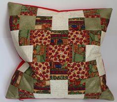 Dieser weiche Kissenbezug verbreitet Gemütlichkeit! Kleine Bären und warme Farben fügen sich harmonisch zusammen.    Die Vorderseite wurde aus fein ge