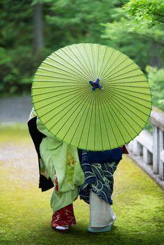Green parasol in Japan Japanese Kimono, Japanese Art, Japanese Style, Japanese Couple, Japan Kultur, Palette Verte, Samurai, Foto Poster, Memoirs Of A Geisha
