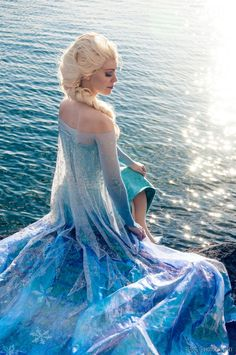 Disney Cosplay Lucioles as Elsa from Frozen P Elsa Cosplay, Disney Cosplay, Cosplay Frozen, Frozen Costume, Disney Costumes, Cosplay Girls, Cosplay Dress, Halloween Cosplay, Cosplay Costumes