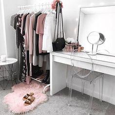 Vanity envy by @flipandstyle   #makeup #makeupvanity #wardrobe #sohlashes