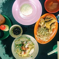 Chicken rice and Kon Lau mee at my favourite kopitiam at Inanam. They have good and delicious buns serve during the afternoon. nyum nyum 永兴Kedai Kopi Jeong hin Inanam  township morning till 5pm RM5.50 for Kon lau mee RM7 for chicken leg  tauge