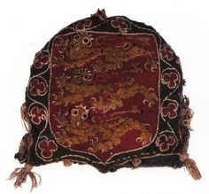 Seal Bag from the Reign of Edward I 13 с. The main fabric used in the bag is twill wool (green for the ground, red for the shield and yellow for the lions). It is lined with a blue linen fabric. The various details, such as the eyes, talons and foliate design are all worked in split stitch using silk thread.    The technique used for the design is intarsia, a form of applique.