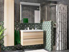 Badkamer met wastafelkast en hoge kast in wit gelazuurd eiken gecombineerd met een spiegelkast met ingebouwde verlichting