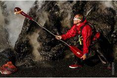 命知らず過ぎるよ! 灼熱の溶岩すれすれをカヤックで進む男たち | roomie(ルーミー)