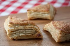 For a simple homemade breakfast (or snack) whip up a batch of these puff pastry apple turnovers that take just a few minutes to create. Best Brunch Recipes, Vegan Dessert Recipes, Pastry Recipes, Vegan Sweets, Just Desserts, Delicious Recipes, Favorite Recipes, Supper Recipes, Healthy Desserts