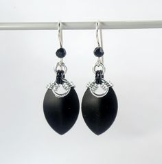 Simple scale earrings, black