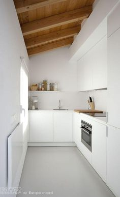 Creating to a minimalist kitchen can make you happier. There are several tips to create a minimalist kitchen. Small Modern Kitchens, Small Galley Kitchens, Small Kitchen Inspiration, Interior Inspiration, Cozy Small Bedrooms, Small Apartment Kitchen, Kitchen Design Open, Minimalist Kitchen, Concrete Floors