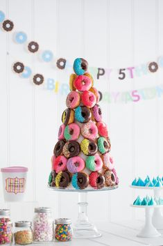 Kashaya & Co share with LENZO a very cute donut decorating party for Aston's Birthday. Diy Donuts, Cute Donuts, Homemade Donuts, Doughnuts, Donut Birthday Parties, Donut Party, Birthday Diy, Birthday Ideas, Donut Tower
