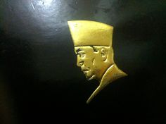 Siluet Sukarno dalam kulit muka buku perangko Bung Karno & Istana : seri peringatan 100 tahun Bung Karno. Tanggal rilis 6 Juni 2001. Dikeluarkan oleh PT. Pos Indonesia.