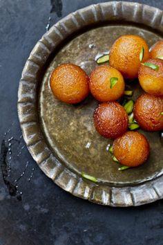 nom nom Journey Kitchen: Gulab Jamun With Rose Ice cream Fasih Fasih Easy Indian Recipes, Indian Dessert Recipes, Indian Sweets, Turkish Recipes, Sweet Recipes, Fish Recipes, Pavlova, Cheesecakes, Donuts