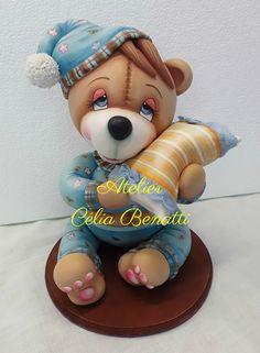 Ursinho de pijama - peça feita em biscuit (cold porcelain), com 25 cm de altura.