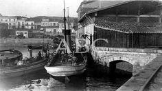 Gijón. 1931. Parejas de barcos descargando en la lonja de pescado del puerto de la ciudad