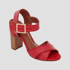 Sandália de couro com salto em detalhe de pespontos